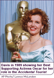 Davis in 1989 showing her Best Supporting Actress Oscar for her role in the Accidental Tourist